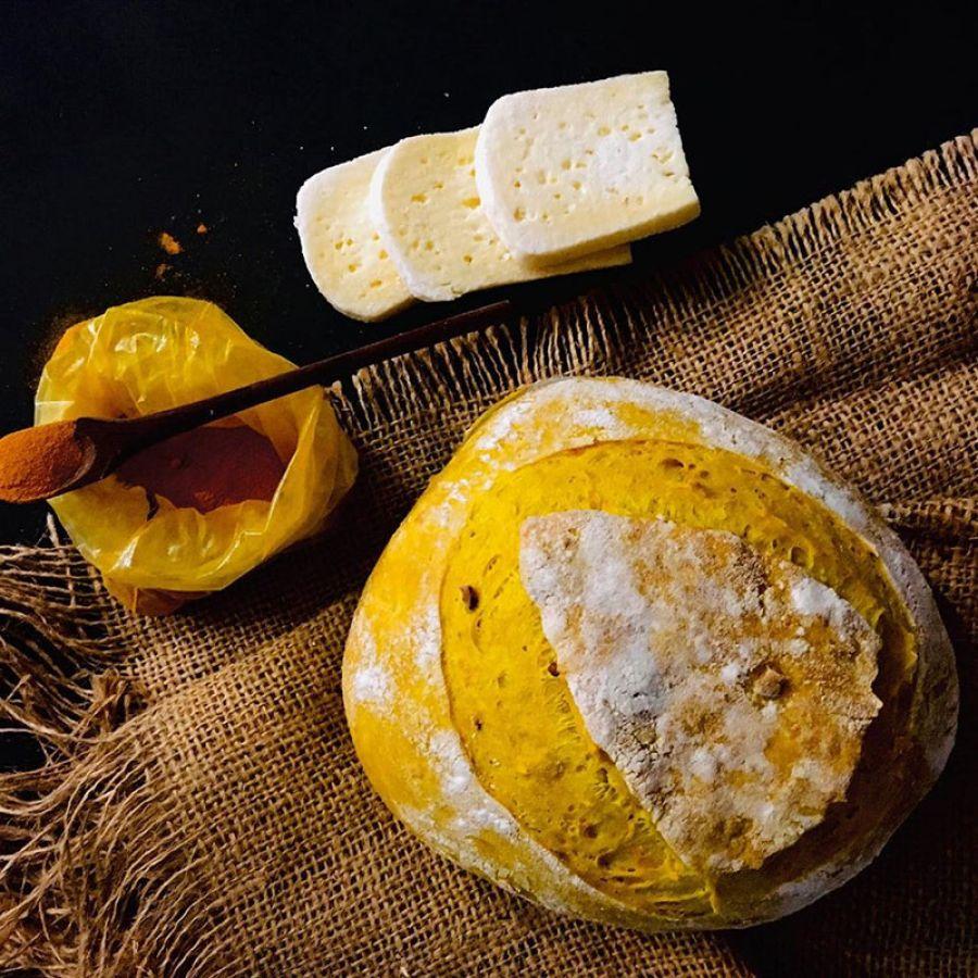 Pão Açafrão c/manteiga de garrafa e parmesão Manda Lá