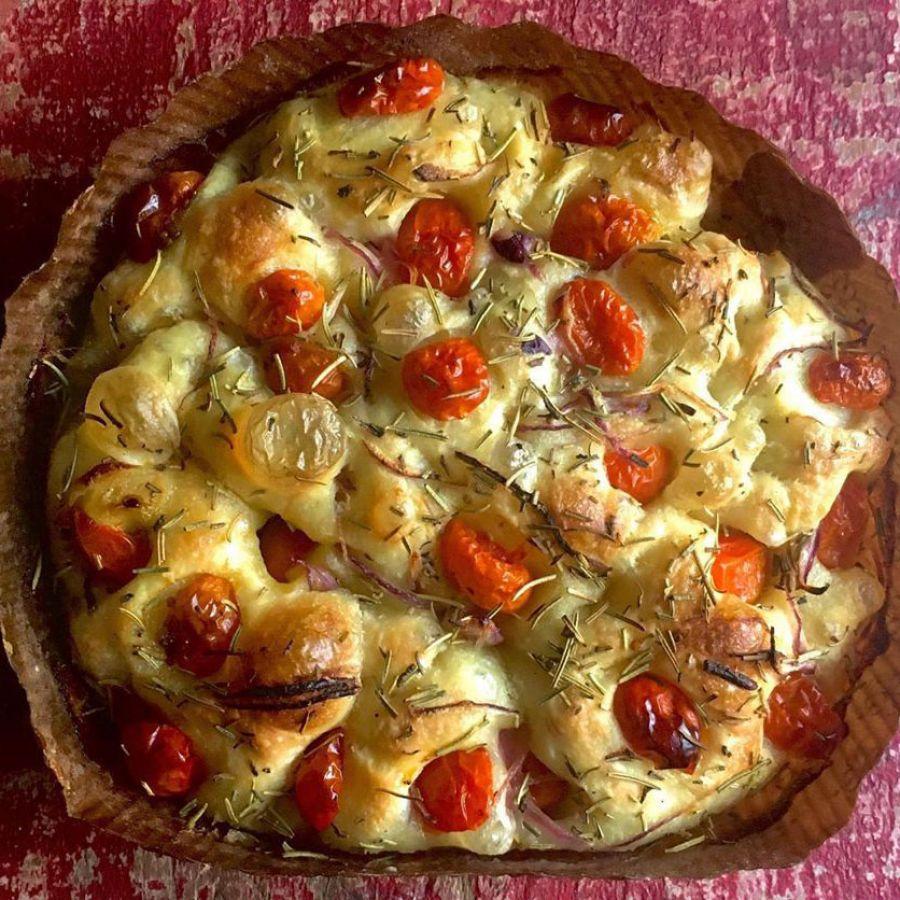 Focaccia c/ tomatinhos cebola roxa e flor de sal Manda Lá