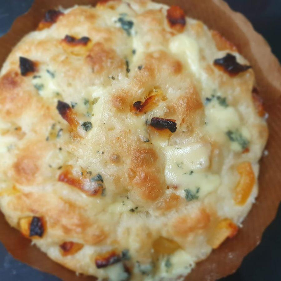 Focaccia c/ damasco e gorgonzola Manda Lá