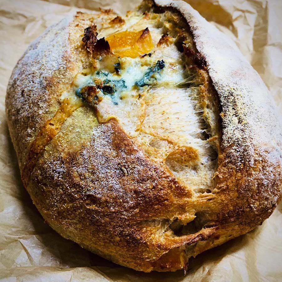 Pão com damasco e gorgonzola Manda Lá