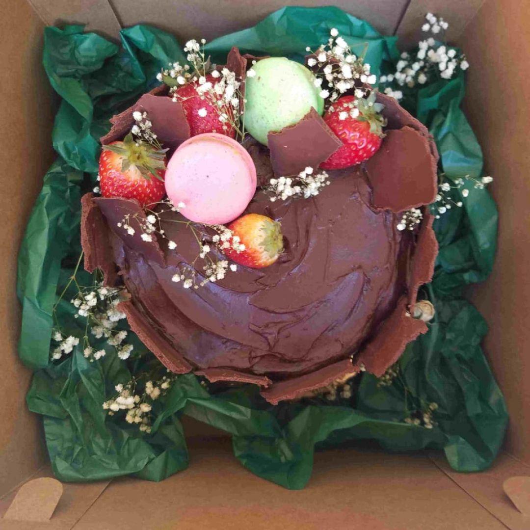 Bolo Festivo Pistache com frutas vermelhas 15 pessoas Mimadus Confeitaria