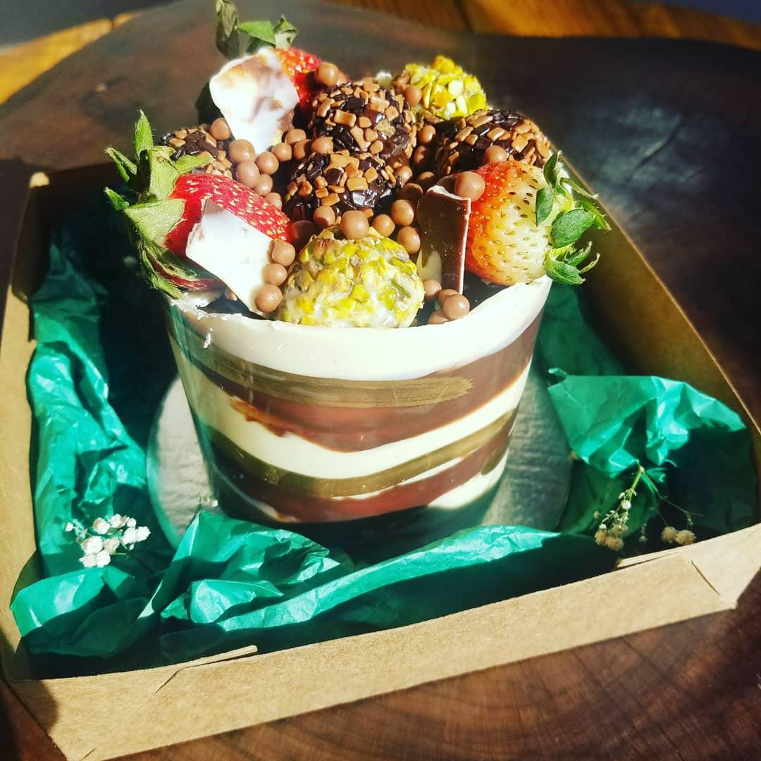 Bolo Festivo Pistache com frutas vermelhas Mimadus Confeitaria - P