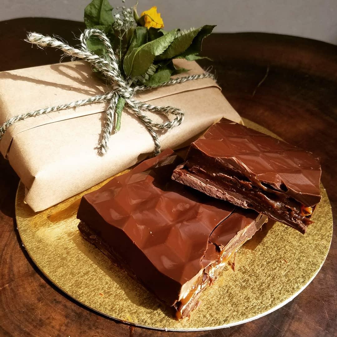 Barrinha de chocolate com pistache e frutas vermelhas Mimadus Confeitaria
